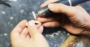 南茨木プラザ歯科の取り組み グループ院専属の技工士が細部までこだわります
